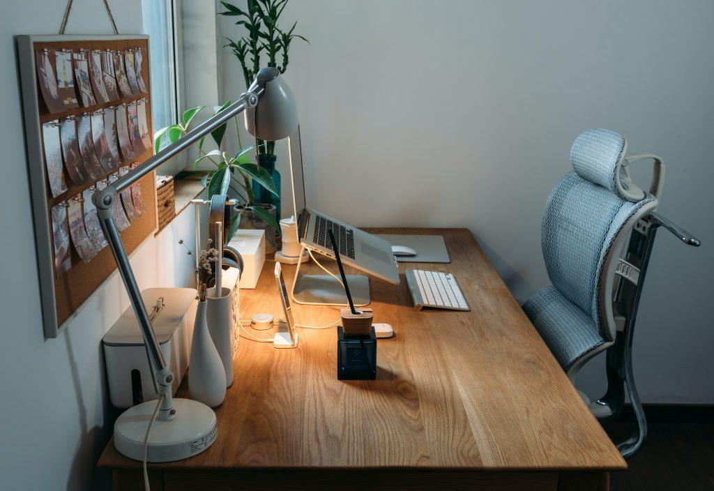 Ein ergonomischer Arbeitsplatz schützt vor Rücken- und Kopfschmerzen